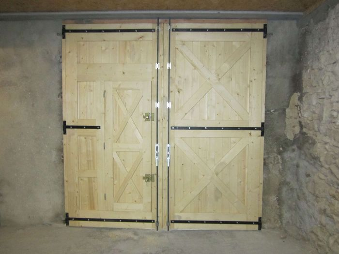 Porte de garage en bois menuiserie mouton for Pose de gonds de volets